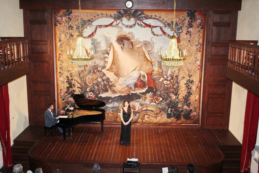 Un mezzosoprano durante un'aria d'opera